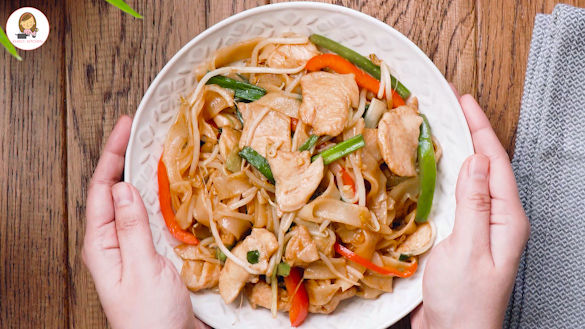 Rice Noodle Stir-Fry ( Chicken Chow Fun )