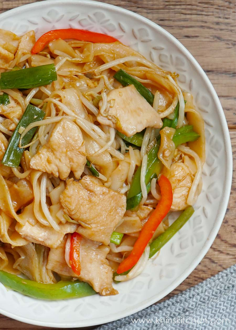 Rice Noodle Stir-Fry ( Chicken Chow Fun